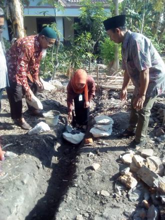 Peletakan Batu Pertama Baksos Bedah Rumah UPK Pamoer Mandiri